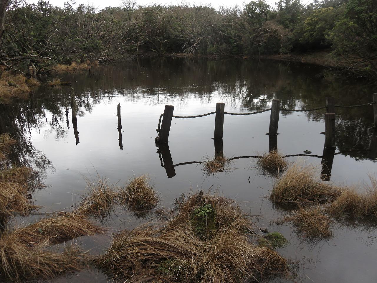 山の上に池が